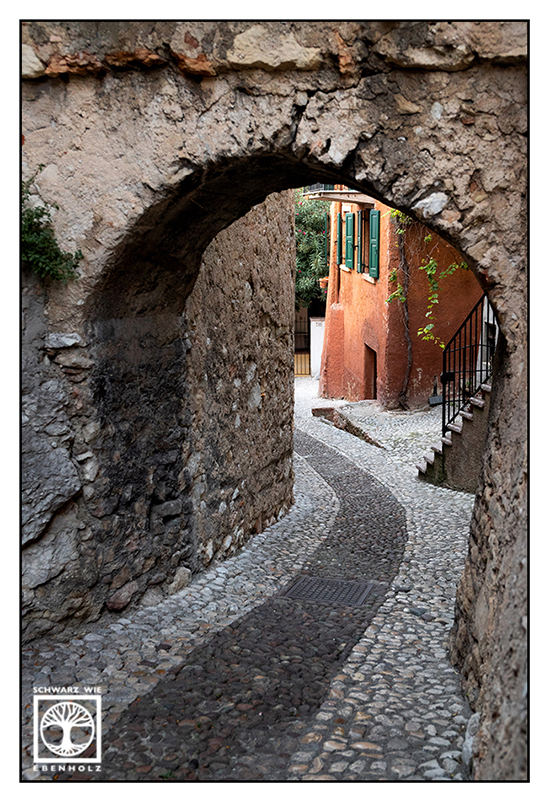 Italy, Malcesine, alley, alleyway, tunnel, old town