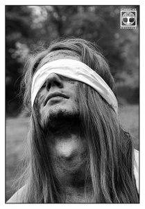 metal photoshooting, metalhead photoshooting, metalhead photoshooting black and white, prisoner photoshooting, long hair men photoshoot, long hair men