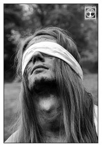 metal fotoshooting, schwarz weiss fotoshooting, mann lange haare