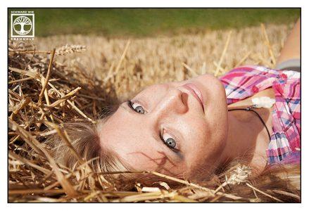 cowgirl photoshoot, cowgirl photoshooting, cowgirl hay
