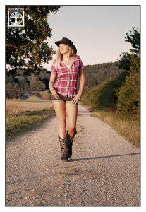 cowgirl walking, cowgirl photoshoot, cowgirl photoshooting